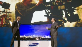 Hollywood director Michael Bay (L) joins Joe Stinziano, executive vice president of Samsung Electronics America
